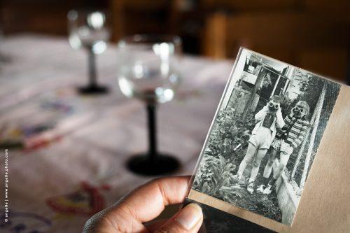 photo © angelle photo souvenir ancien enfance jumelles regard table repas de famille