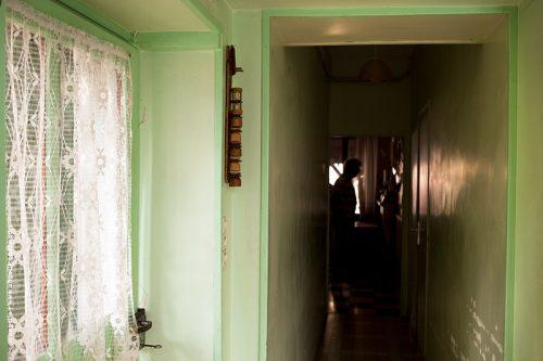 photo © angelle couloir vie maison silouette vert maison souvenir enfance rideau porte reflets