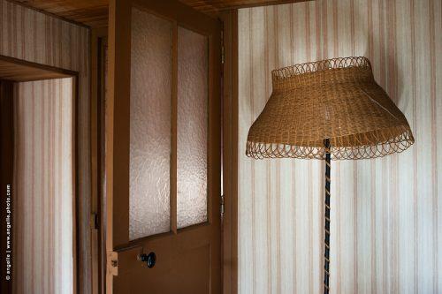 photo ©angelle chambre lampadaire année soixante dix vieux souvenir nostalgie porte maison habitation rayures tristesse