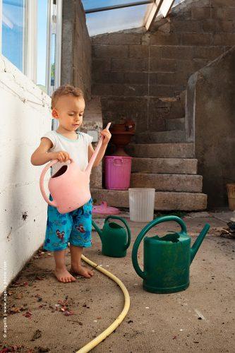 photo © angelle enfant arrosoirs jeux étudier couleur vacances printemps maison découverte
