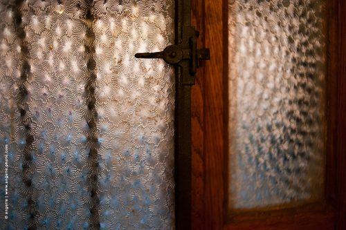 photo ©angelle porte entrée loquet verre travaille lumiere soirée dehors maison