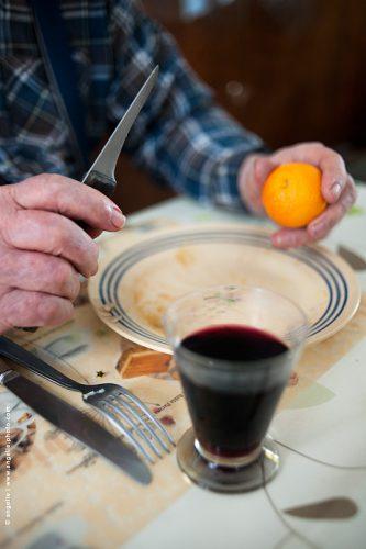photo © angelle couteau de paysan repas déjeuner hivers mandarine lame aiguisée simplicité