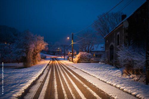 photo © angelle route crepuscule niege village ligne réverbère ferme traces magiques