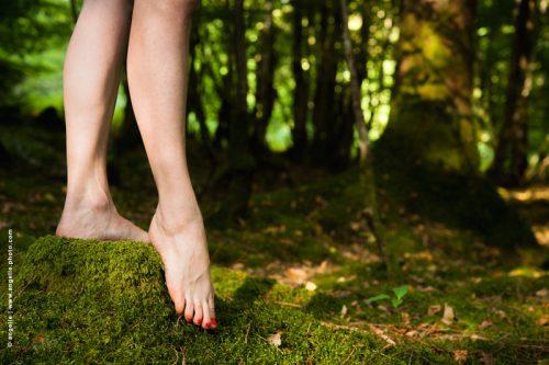 photo © angelle jambe danse nature élégance surprise lumiere foret grâce rouge vert