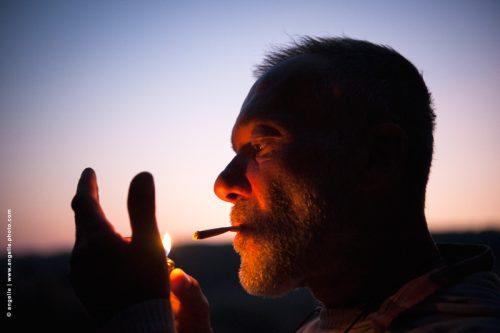 photo © angelle fumeur allumer exterieur crépuscule couleur flemme silhouette homme lumiere douceur