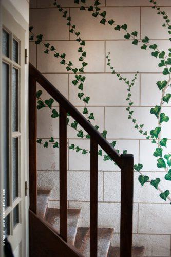 photo © angelle escalier lierre dessin peinture trompe l oeil poussière surprise fait-main étrange