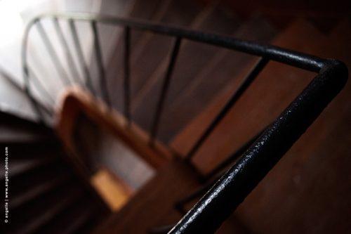 photo © angelle escalier spirale bois intérieur géométrique mouvement bois rampe descente