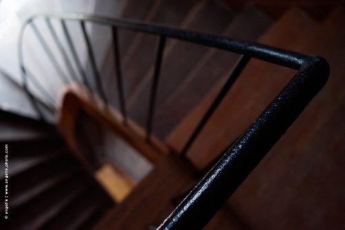 photo © angelle escalier esprit d'escalier lumiere marche descente rambarde bois fer évasion descendre perspective