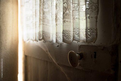 photo © angelle porte rideau poignée lumiere douceur ouvrir toile d araignée ancienne maison