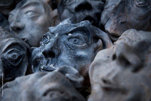 photo © angelle satyre terre craquelée visage monstres groupe étrange effrayant