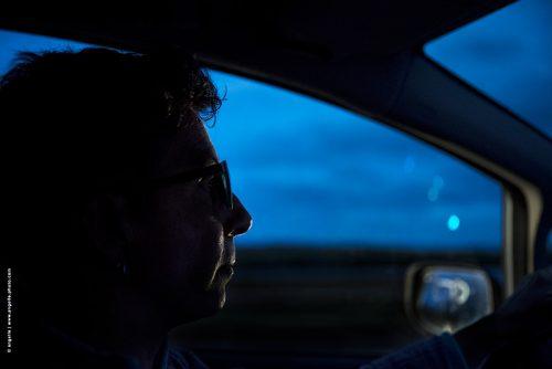 photo © angelle conductrice route voiture nuit voyage reflets continuité partir crépuscule