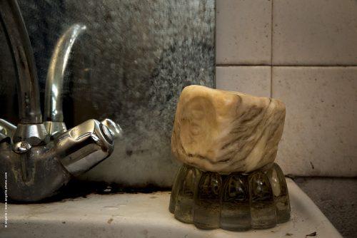 photo © angelle salle de bain savon peau d éléphant quotidien vieux robinet étrange