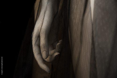 photo © angelle mannequin main tulle humain grâce douceur élégance