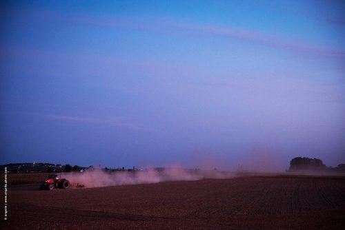photo © angelle tracteur campagne crépuscule fumée rose poussière douceur labeur couleur