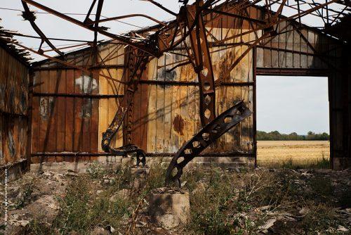 photo © angelle grange brulée déformée champ campagne fenêtre sur torturé paisible