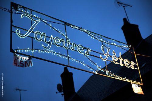 photo © angelle guirlande lumineuse joyeuses fêtes hauteur maximum campagne