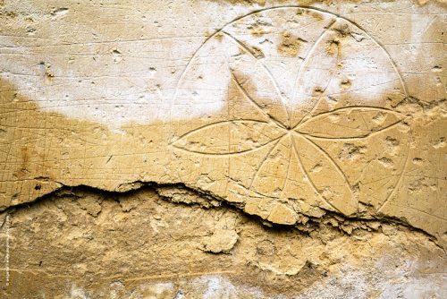 photo © angelle rosace mur grattage poésie enfance patience décoration pierre