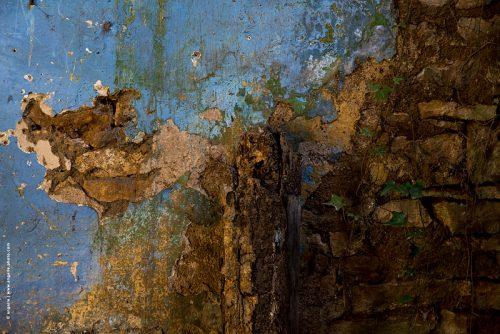 photo © angelle mur maison dégradé peinture bûche pierres bleu tableau abandon