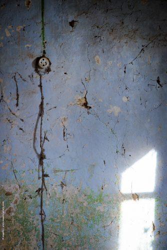photo © angelle mur abandon prise bonhomme fil bleu lumiere matière