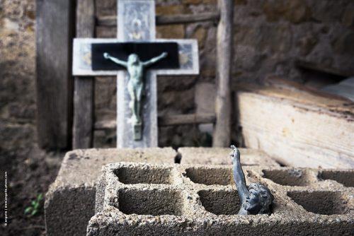 photo © angelle cimetière christ parpaing étrange croix religion sombrer