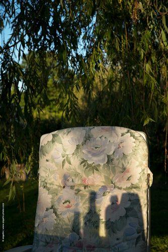 photo © angelle fauteuil été tissus a fleurs désuètes saule pleureur ete apéro convivialité