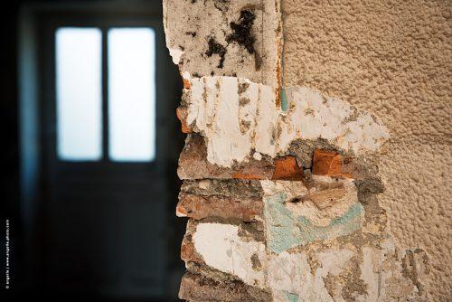 photo © angelle mur matière couleur pièce porte maison vie antérieure poésie