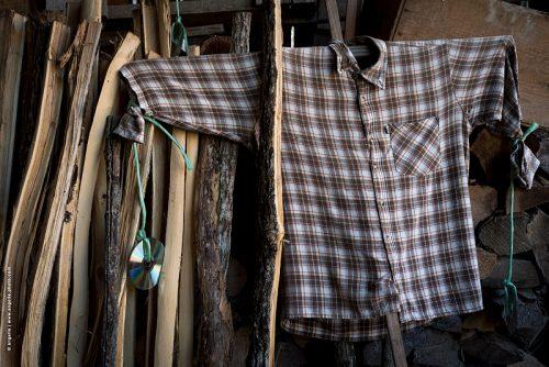 photo © angelle chemise épouvantail ranger remise bois cd vide