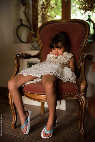 photo © angelle fillette bouderie fauteuil fâchée enfance été moue