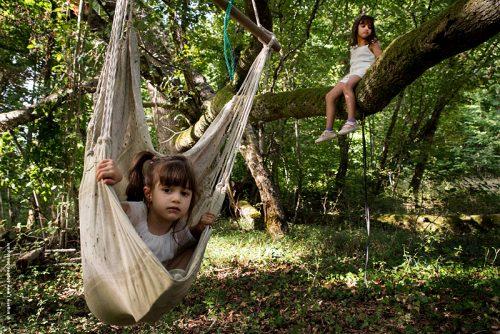 photo © angelle fillettes jeux plein air balançoire ennuis foret jouer enfance enfant