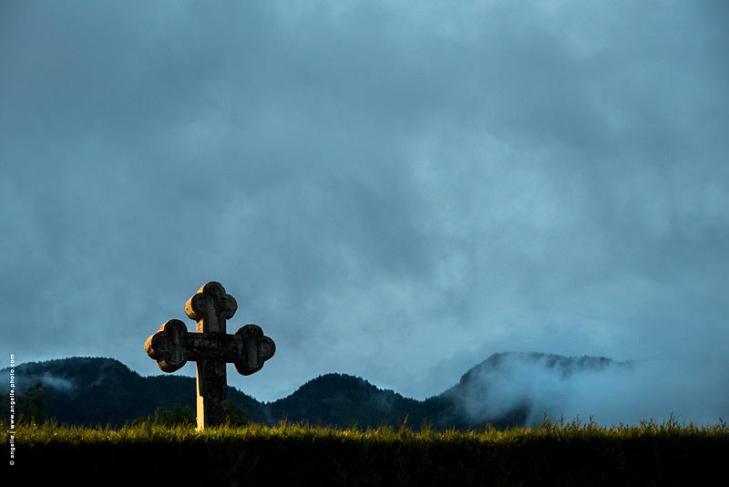photo © angelle cimetière croix mort soir nuages douceur mystère