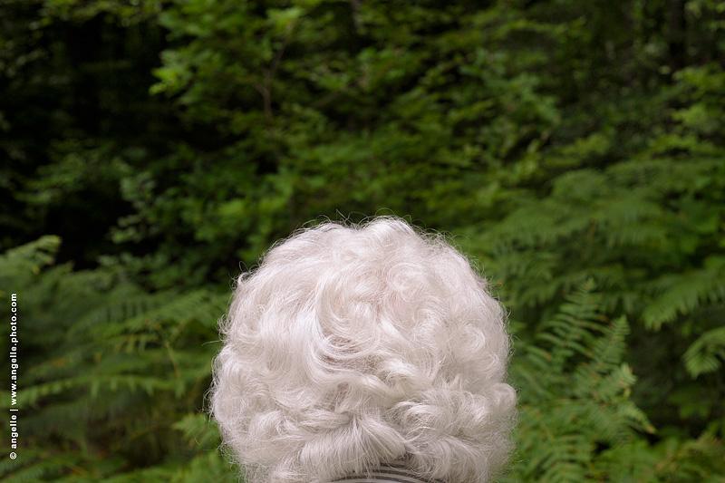 angelle © photo mamie foret cheveux blanc au revoir de dos